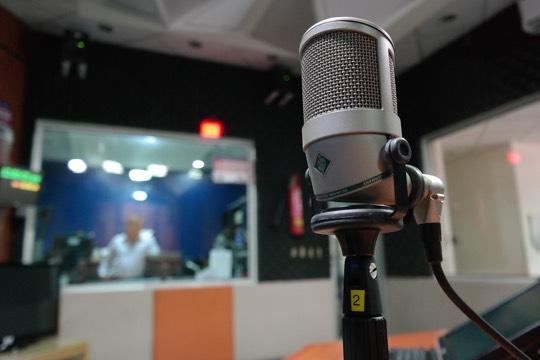 como funciona un microfono de condensador estudio
